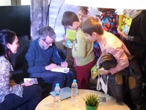 Ендре Люн Ериксен дава автографи на българските си читатели