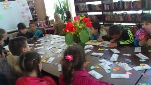 Първокласници с грамоти за почетно жури при първото си посещение в библиотеката